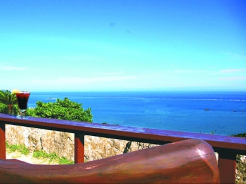 真っ青な海を一望できるカフェくるくまのテラス席