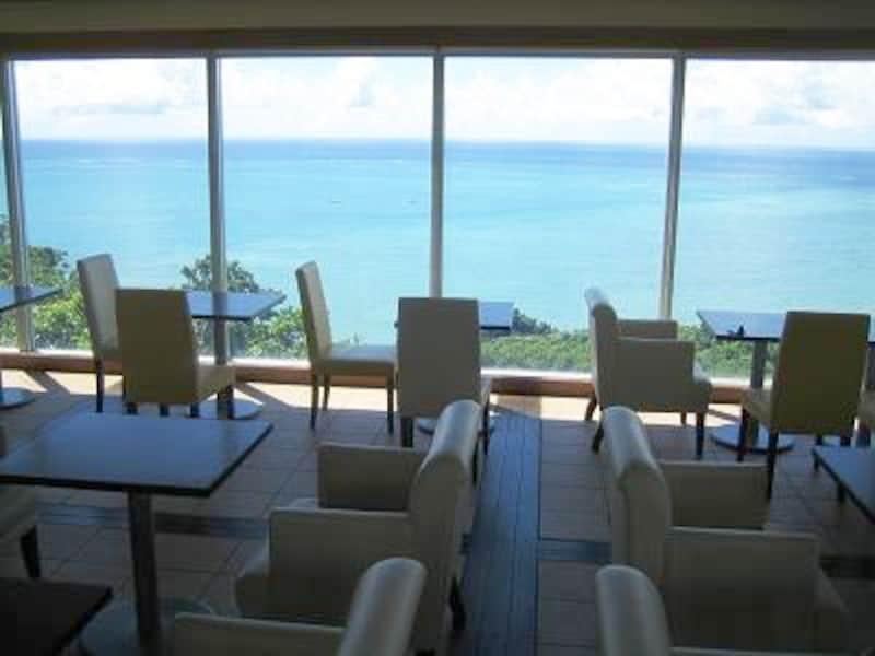 窓ガラス越しにパノラマのように広がる海