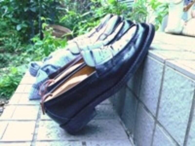 雨が上がったら日陰の風とおしのよい場所で靴の裏も除湿を。