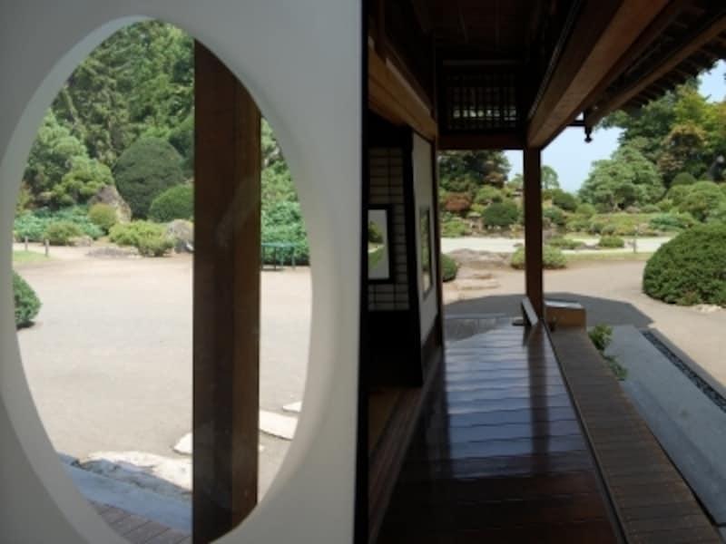 盛美館1階の書院窓と客間脇の廊下。随所に庭園を鑑賞するためのくふうが
