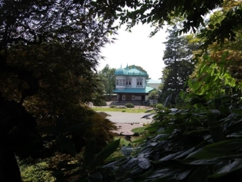「真」の築山から見る盛美館