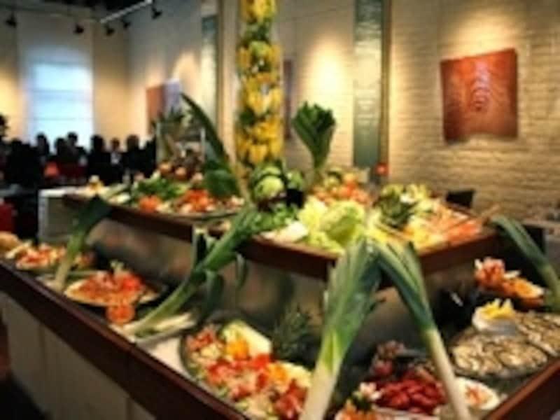 セルフサービスで食べられる野菜や魚介類が圧巻