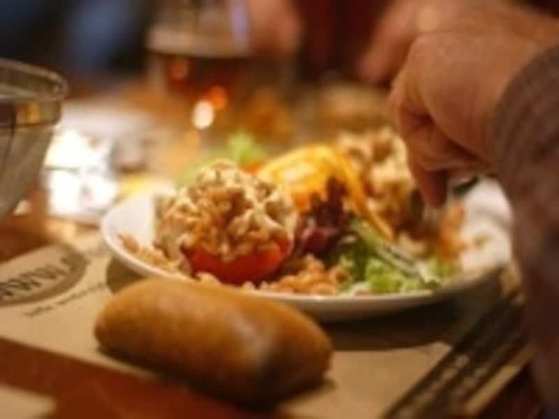「トマト・オ・クルベット」(小エビのトマト詰め)は伝統的なベルギー料理©D.Rys_ToerismeVlaanderen