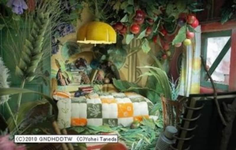 アリエッティの部屋。キルトのお布団、野の花がいっぱい。種田陽平氏のリアル作品による再現。(C)2010GNDHDDTW ProductionDesignYoheiTaneda