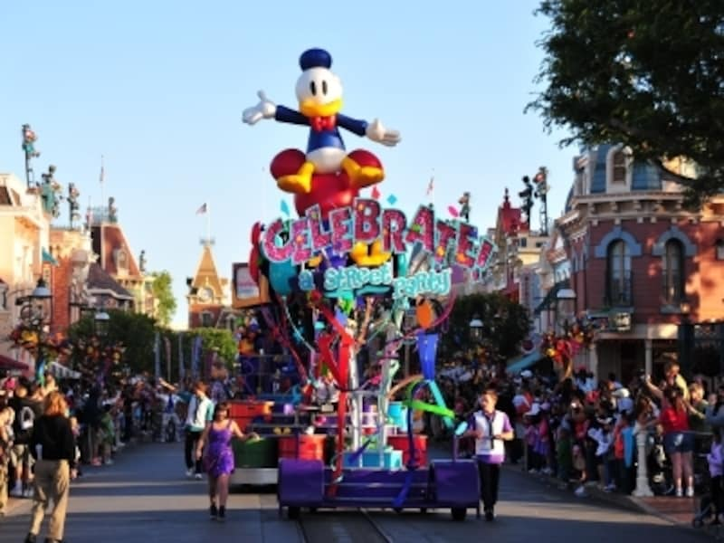 2010年は、「セレブレイト!ストリートパーティ」と題して豪華なパレードが行われている!