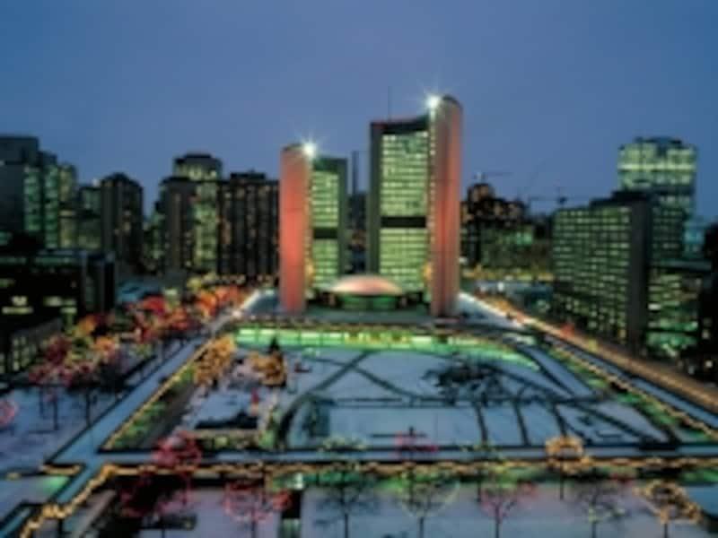 クリスマスのイルミネーションが美しいトロント市役所undefined(C)TourismOntario