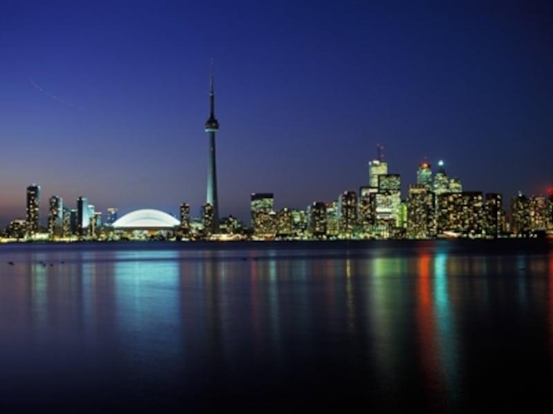 CNタワーとトロントの高層ビル群の夜景undefined(C)TourismOntario
