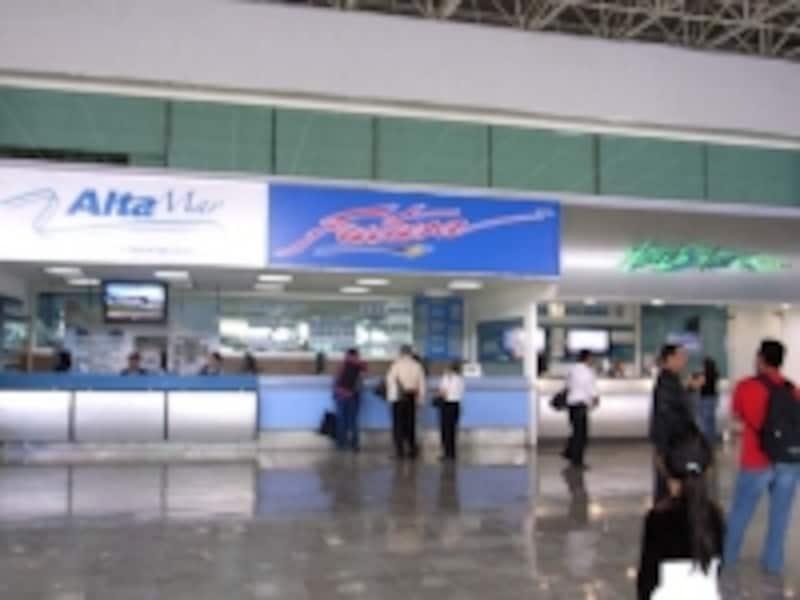 バスターミナルには各バス会社のカウンターが並ぶ
