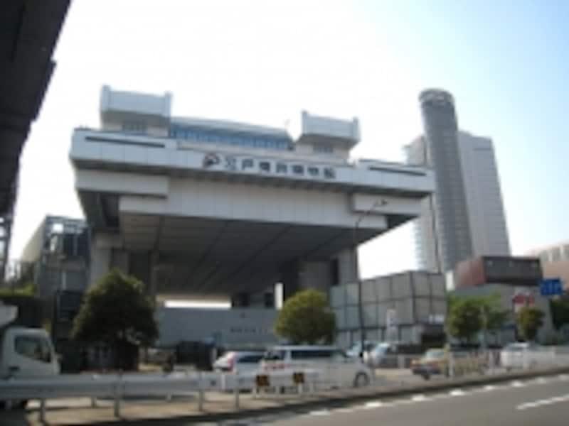 大江戸線両国駅に近い江戸東京博物館。目の前を走るのは清澄通り