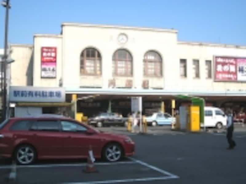 JR両国駅。こじんまりした、しかし歴史を感じさせる建物で、構内には飲食店などもある
