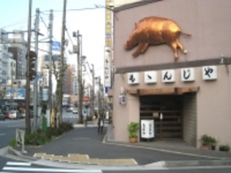 両国橋の近くになるももんじや。掲げられている金色の動物は猪。季節になると野生の獣が店頭に吊るされるそうだ