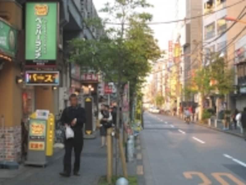 JR両国駅から大江戸線両国駅に向かう、線路沿いの通り。飲食店が並んでおり、賑やかだが、ちょっと距離はある