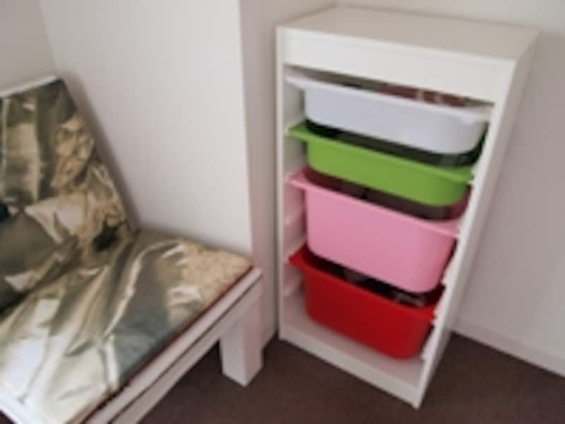 テーブル、ソファ、テレビ廻りなど散らかりやすい場所があるはず。そこに棚があると片づけやすい