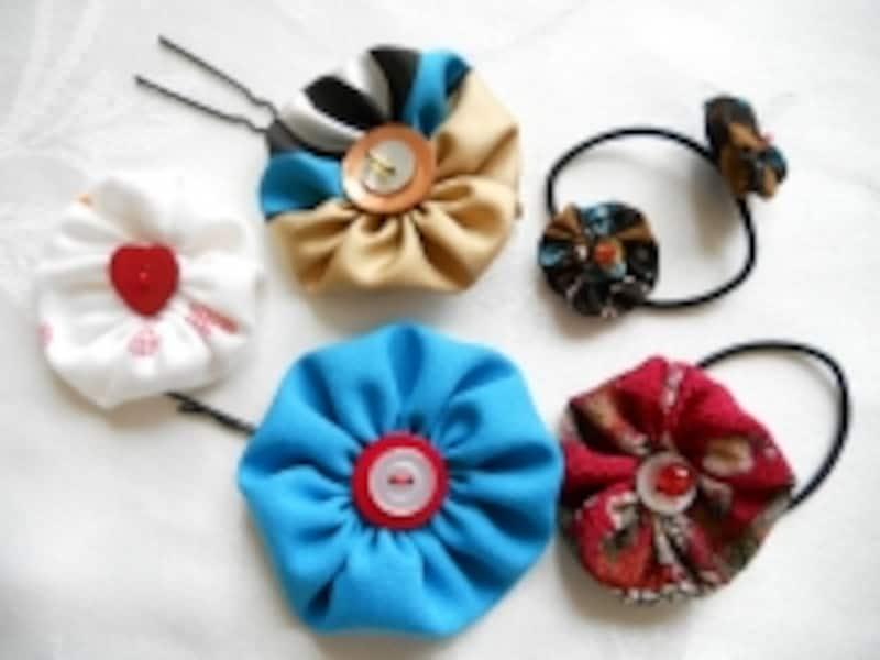 基本のヨーヨーキルトに、ボタンやビーズをデコレーション。あとは、ヘアピンやヘアゴムに縫い付けるだけ