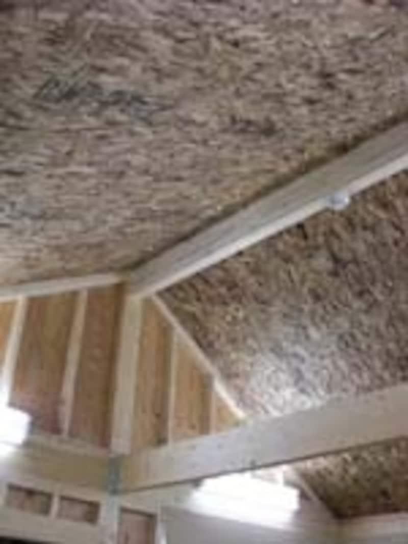 ダブルシールドパネルを組み込んだ屋根裏空間。これにより省エネ性や快適性を高めている
