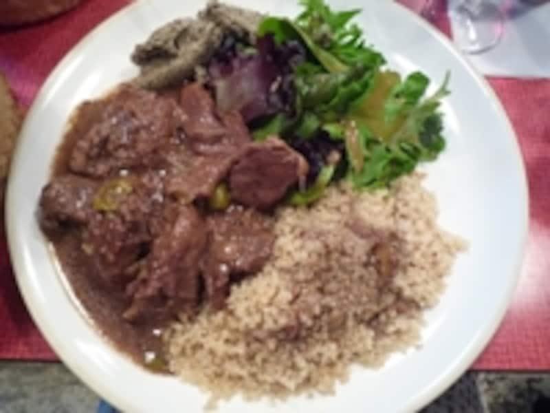 サラダと肉料理、つけあわせが一緒になったこの一皿は12ユーロ