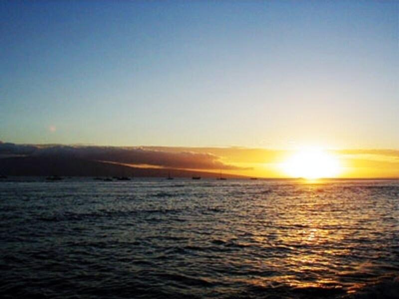 マウイ島ラハイナから臨むラナイ島。フェリーが約45分で結んでいる