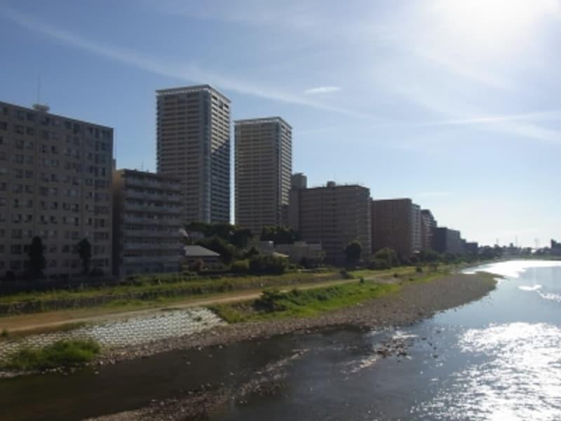 武庫川沿いのマンション郡。