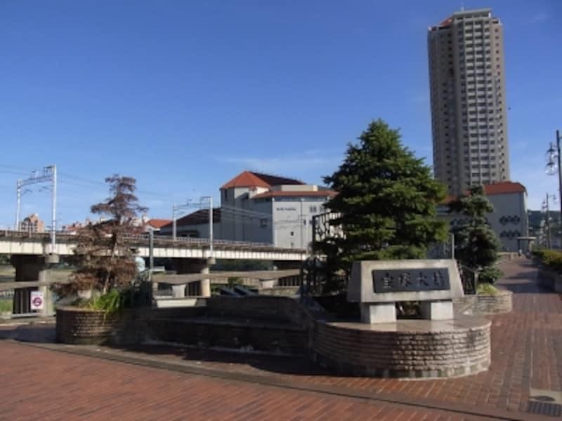 宝塚大橋南詰めから宝塚駅方面をのぞむ。宝塚大劇場横には同じテイストでタワーマンション。