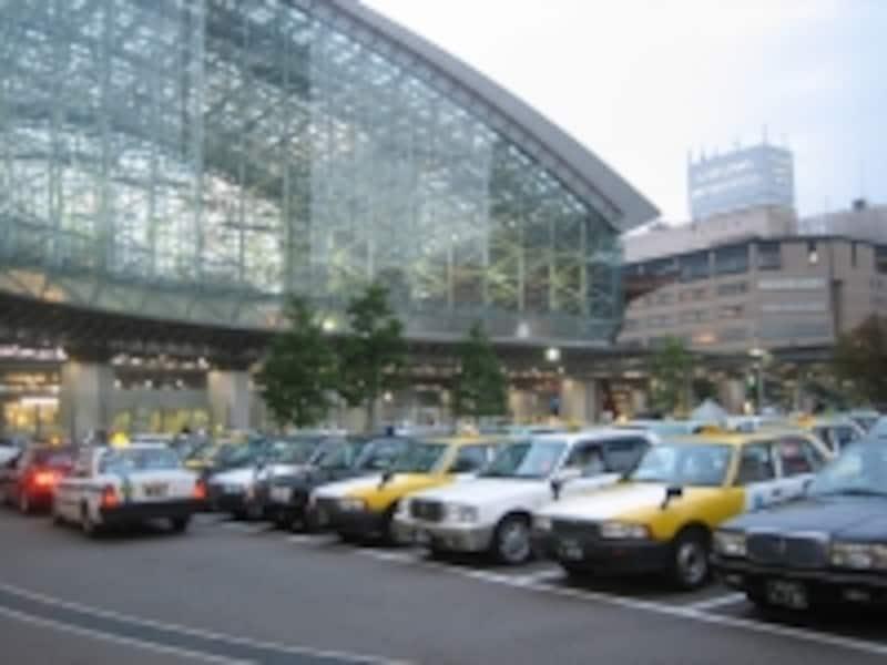 金沢駅の東口では右側がタクシーのりば