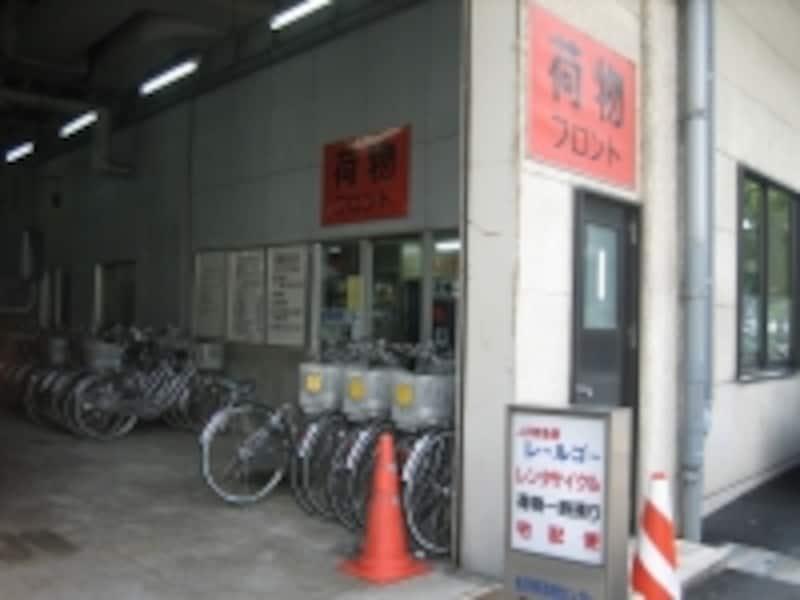 JR金沢駅のレンタサイクル。線路の高架下にあります