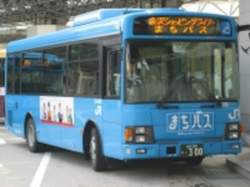 青い色が目立つ「まちバス」