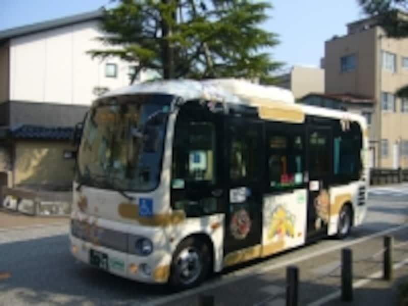ふらっとバスには鮮やかな加賀友禅がデザインされています