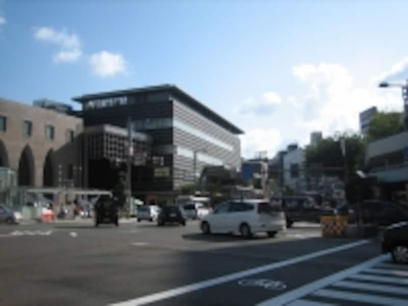 武蔵ヶ辻交差点と近江町いちば館