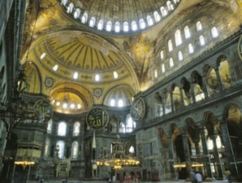 イスラム教とキリスト教文化が混在する、アヤソフィア内部