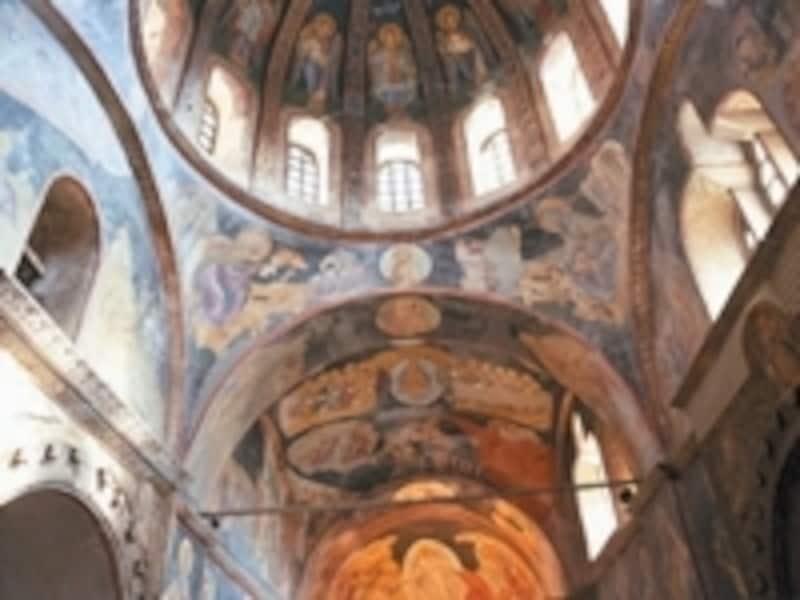 内部の壁はキリスト教画でいっぱい