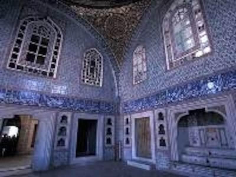 ハレム内部はタイル装飾の美しさが印象的