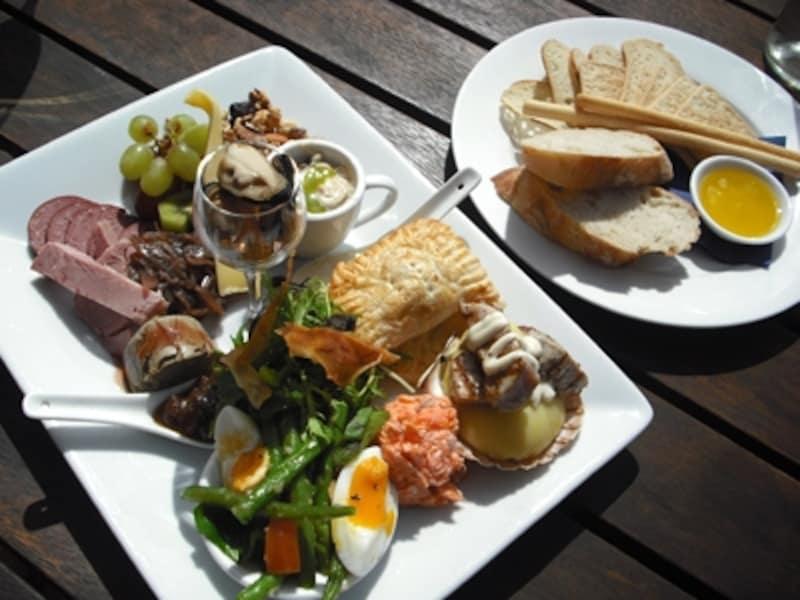 前菜を盛り合わせたプラッター料理はニュージーランドワインとの相性も良い