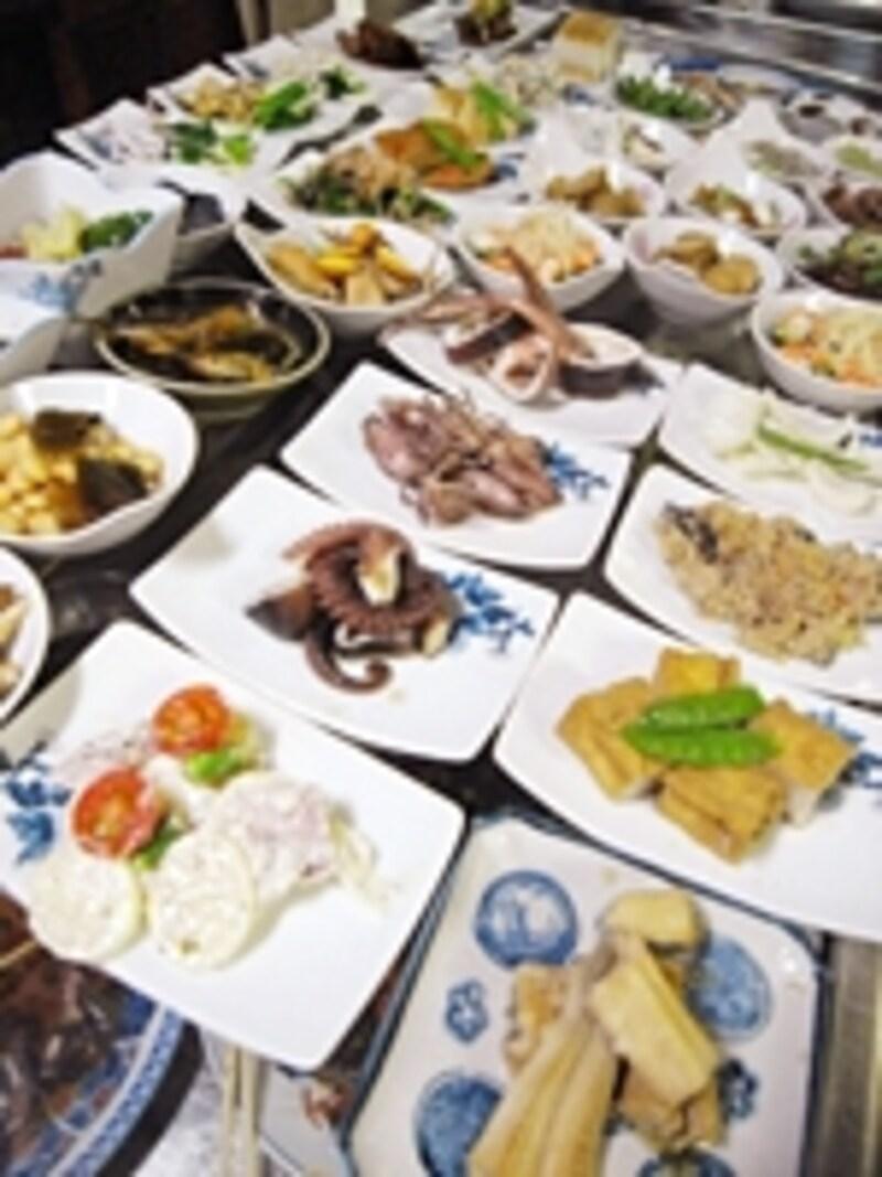 料理は野菜や魚の小鉢が中心。お客さんが増えるごとに次々減っていくので、早い時間帯の方がたくさんの種類から選べる