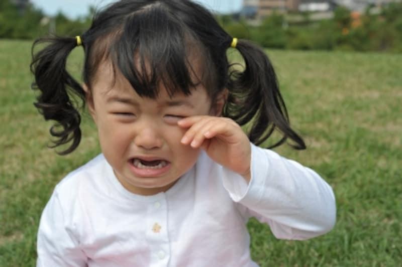 魔の二歳児と呼ばれるイヤイヤ期の子供の反抗的でわがままな態度で育児の壁にぶち当たる人も