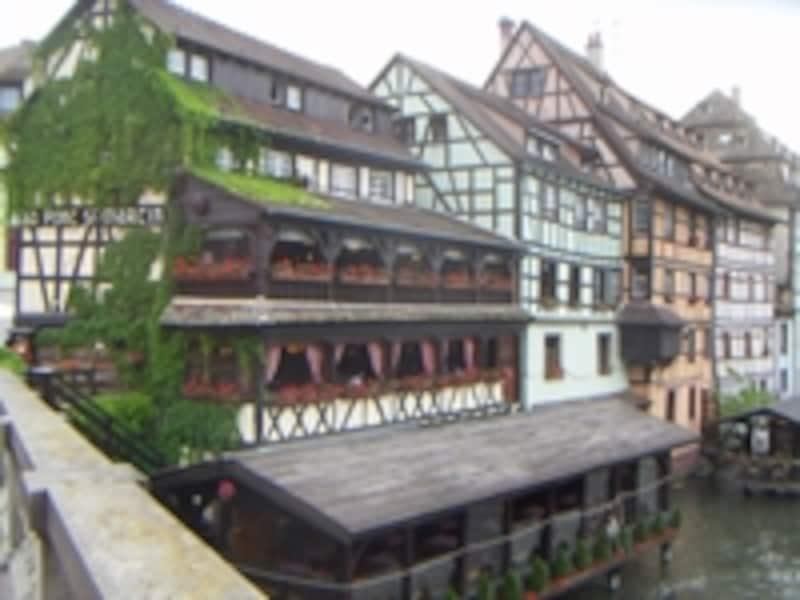 ストラスブールのプティット・フランスは、ドイツ風の町並みに運河が入り組んでいる