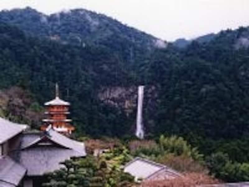 青岸渡寺の三重塔と那智の滝(1998年10月撮影)