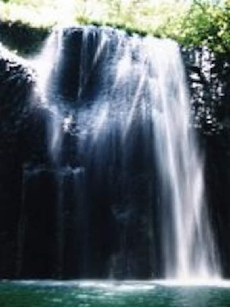 川面から見上げる真名井の滝(1998年8月撮影)
