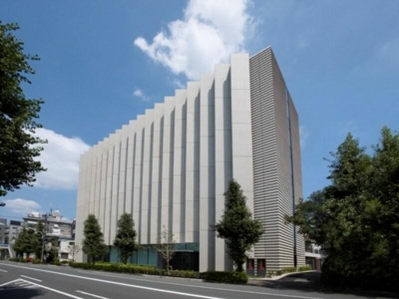 恵比寿駅から駒沢通り沿いを青山方面へ。緩やかな坂道を上った右手に見えてきます