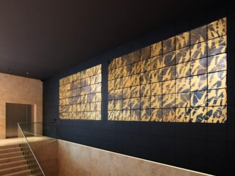 展示室へ続く階段で迎えてくれる加山又造の作品。2代目館長からの依頼を受けて制作