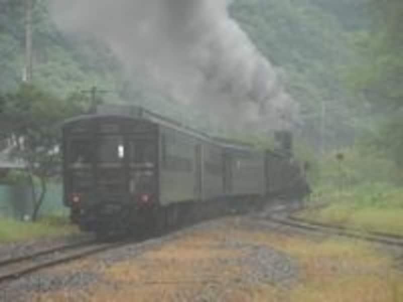 煙を残して汽車は一勝地を出発していった