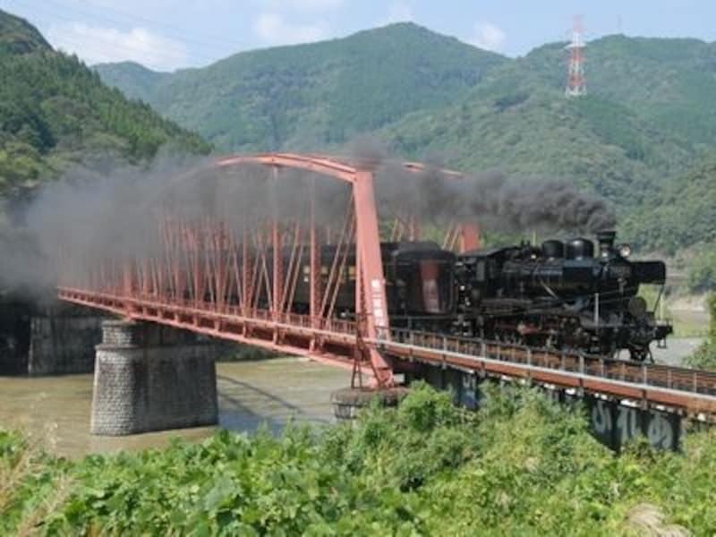 肥薩線の那良口~渡間の第2球磨川橋梁を渡る「SL人吉」