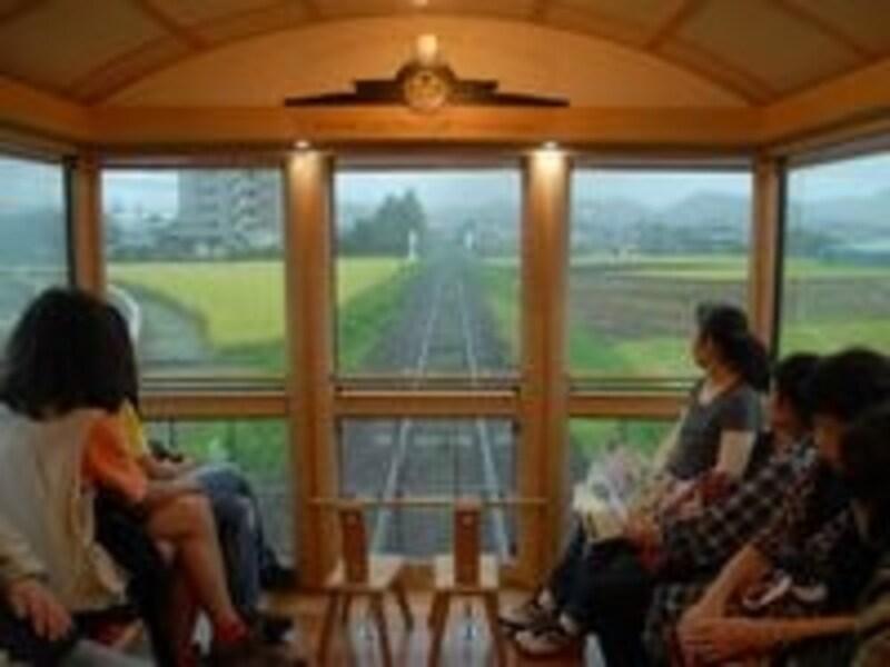 列車の最後尾の展望室からは流れ行く車窓が楽しめる