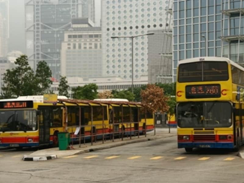 2階建てバス、普通バス、ミニバス、オープントップバスと種類が多い