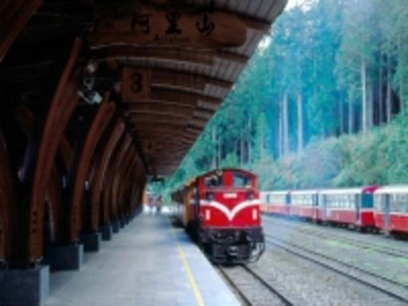 赤い塗装が素敵な阿里山森林鉄道undefined写真提供:中華民国観光局/呉至学撮影
