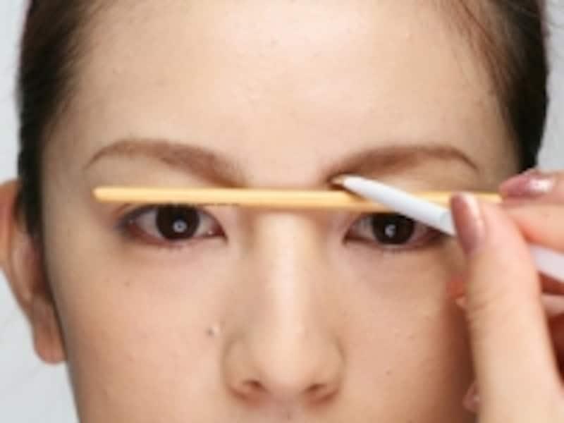 眉ブラシを用いて高さを合わせます