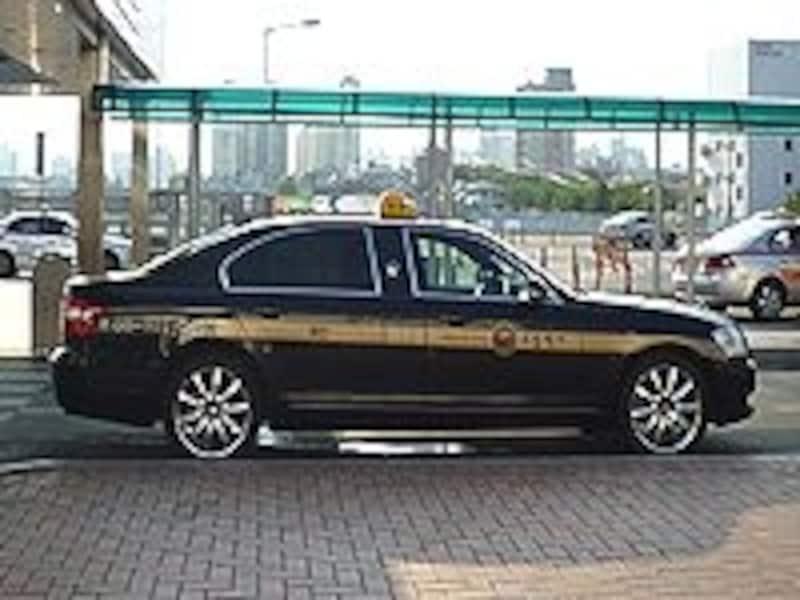 模範タクシーは車体が黒塗り。少し高めの料金設定