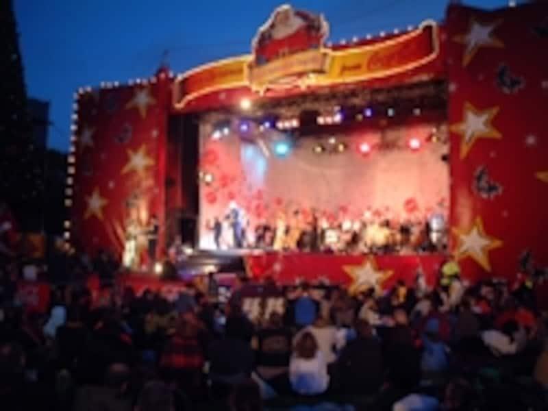 クリスマスコンサートでは地元の人たちが夜のピクニックを楽しむ