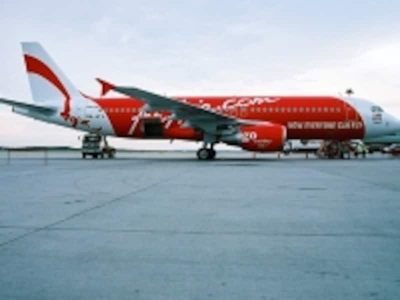 格安航空券で話題のエア・アジアは真っ赤な機体が目印