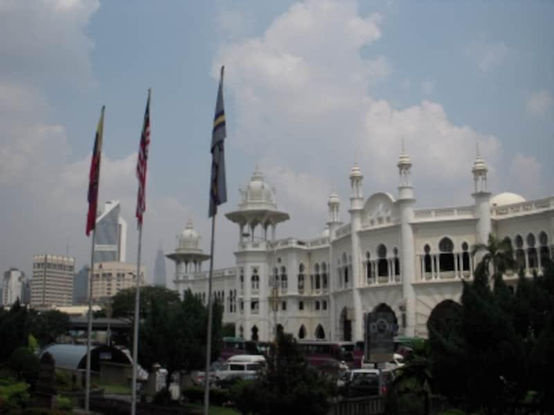ムーア建築の面影を残すクアラルンプール鉄道駅。マレーシアの首都・クアラルンプールの歴史を物語る建造物のひとつ