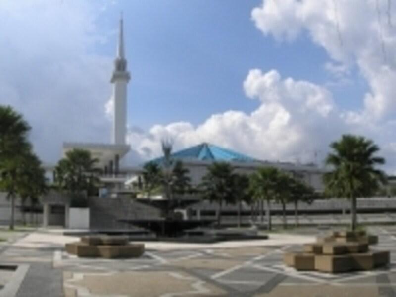 滞在中、一度は訪れてみたいモスク。イスラム教徒は毎日のお祈りを欠かしません